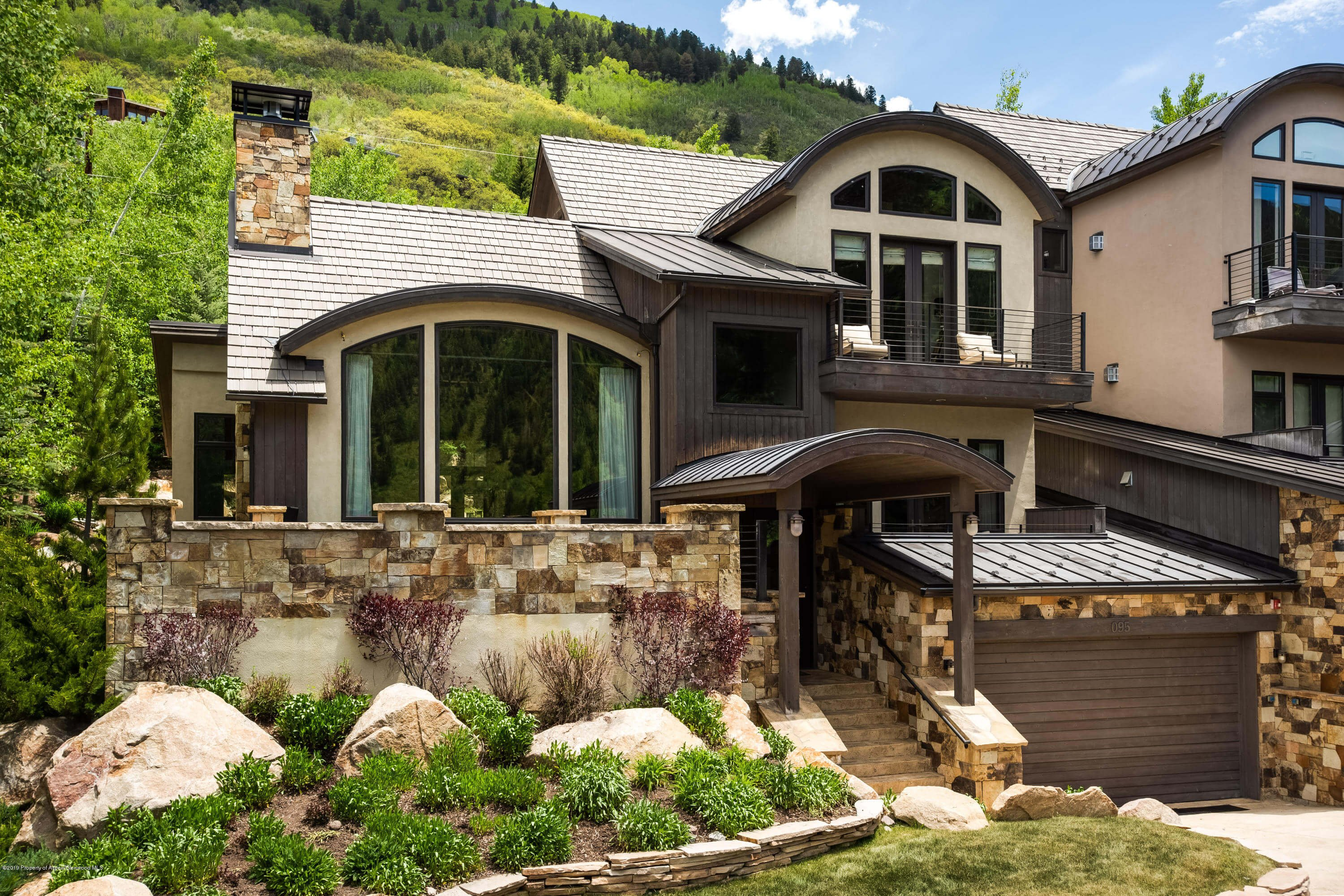 2007 Built Mountain Valley Half-Duplex Sells at $5MM/$1,372 SF Furnished Image