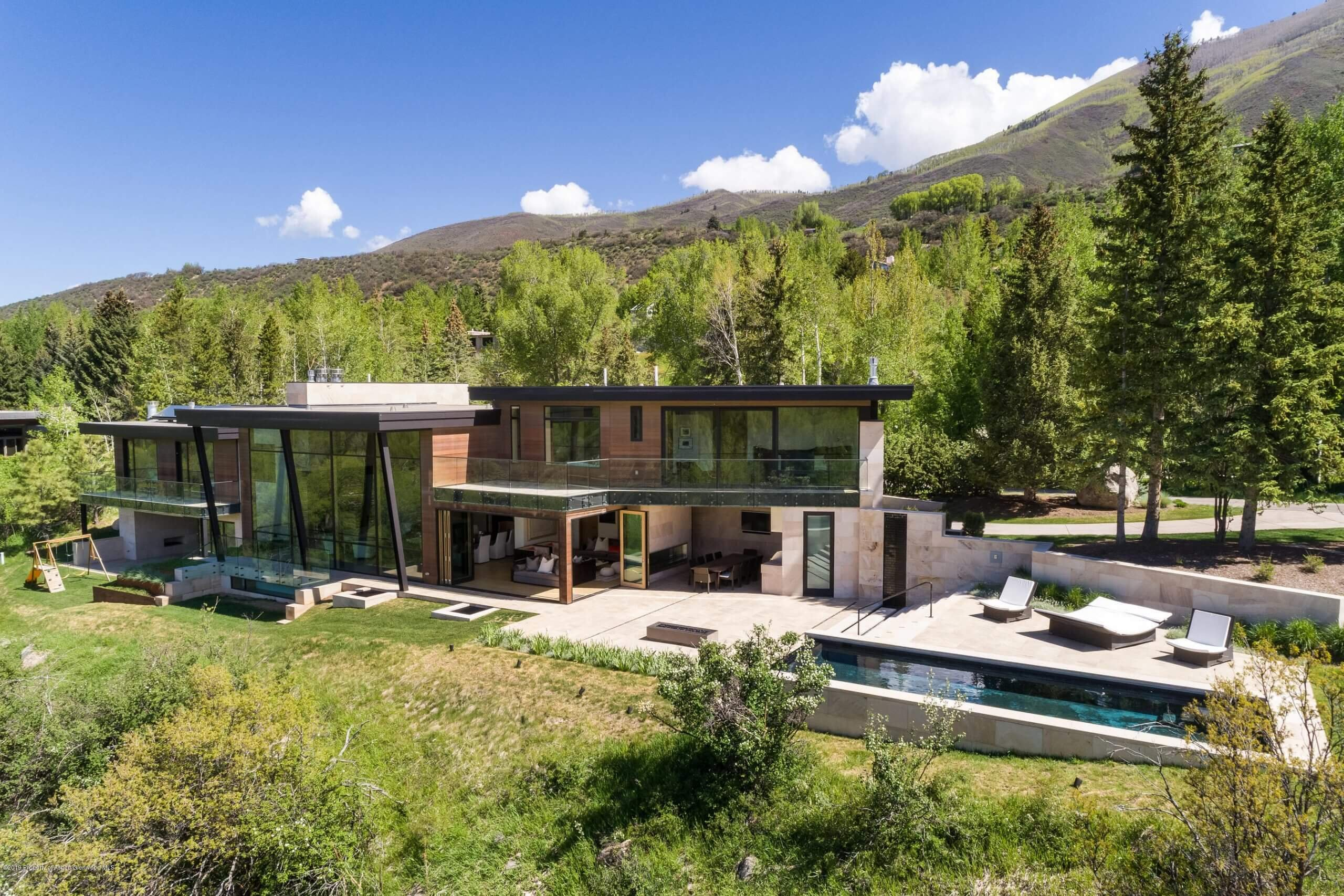 Red Mountain 2015 Contemporary at 720 Willoughby Way Closes at $27M/$3,090 SF Unfurn. Image